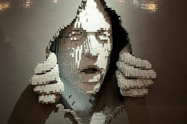 lego-art-sculpture-face-looking-through